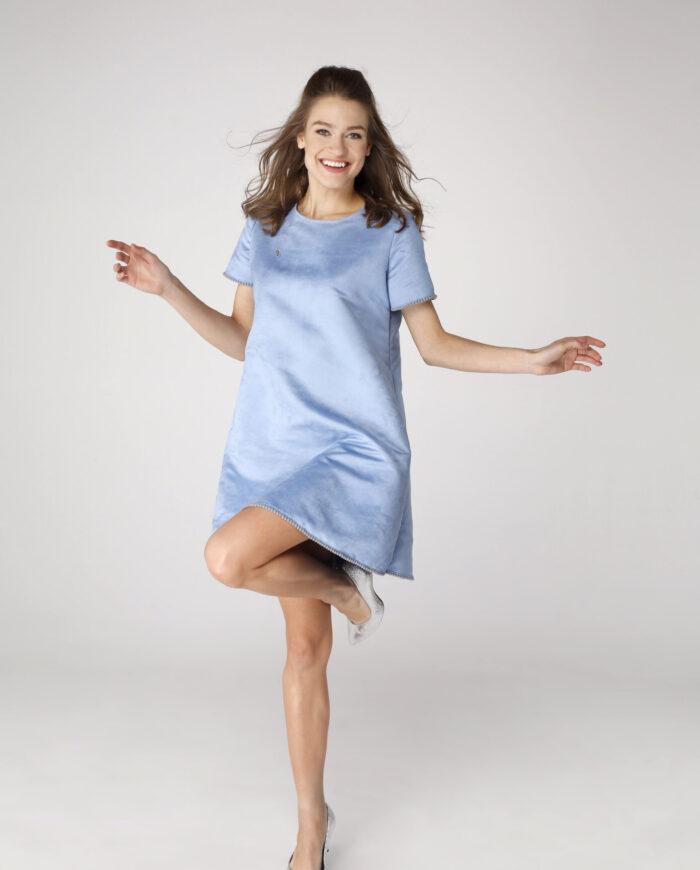Sukienka trapezowa Dotsy - Miś na błękitnym niebie